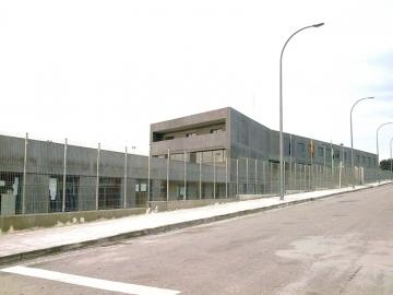 """Padres de Talayuela se concentran en el colegio Güell para protestar por la """"exclusión"""" de cuatro niños"""