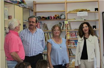 La delegada provincial de Educación visita el colegio De Gabriel, en Gévora, ante la protesta de los padres