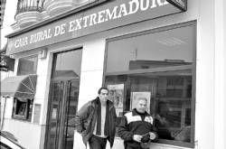 Dos individuos con pistola en mano y los rostros cubiertos atracan la oficina de la Caja Rural en Medellín