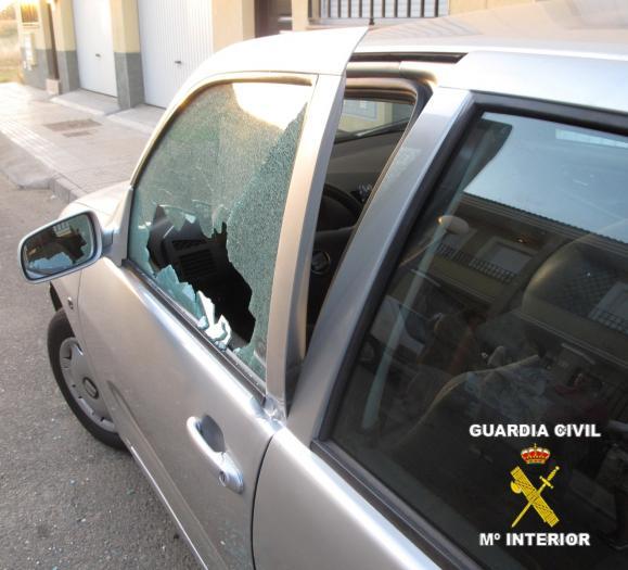 La Guardia Civil detiene a tres vecinos de Montijo por robar en el interior de una veintena de vehículos