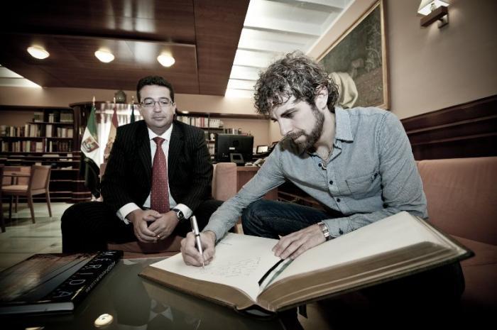 El presidente del Parlamento recibe la visita del actor cacereño Santi Senso que está rodando en Mérida