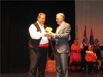 El Hogar Extremeño de Móstoles entrega el premio Encina de Oro al Gobierno de Extremadura