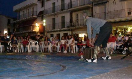 Unos 100 niños de Moraleja disfrutan del teatro infantil con la obra «Naturaleza Rota» del grupo Al Suroeste Teatro