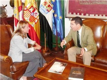 El consejero de Administración Pública visita Cáceres para abordar temas de cooperación institucional