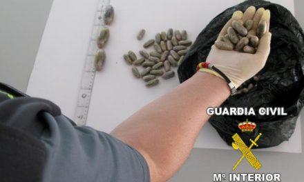 Detienen a un ciudadano luso en la A-5 que escondía más de medio kilo de bellotas de hachís en su cuerpo