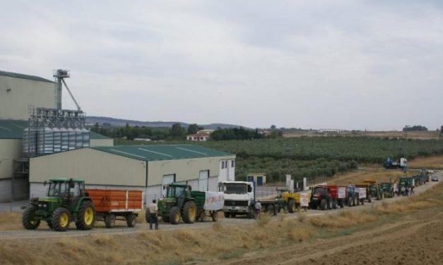 Más de sesenta tractores recorren Llerena para protestar por el caso de la empresa Nanigram