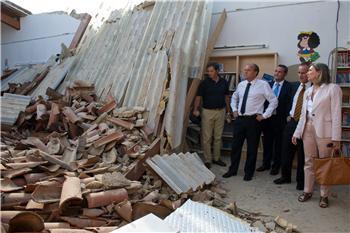 Las autoridades regionales visitan la biblioteca infantil de Almendralejo tras el derrumbe de la cubierta