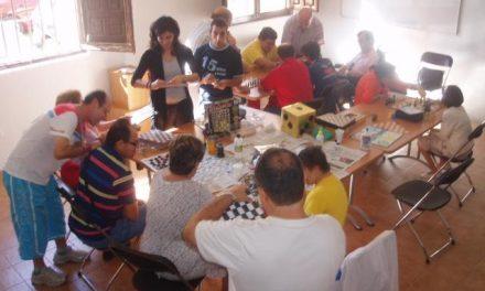 El programa de ocio y tiempo libre para discapacitados de Coria desarrolla un taller de ajedrez y juegos de mesa