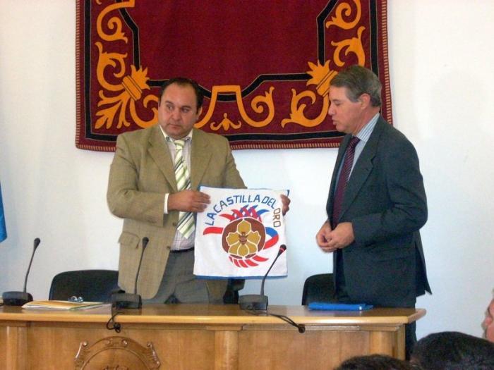 El legítimo heredero de Cristóbal Colón realiza una visita institucional al Ayuntamiento de Mérida