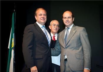 El presidente extremeño entrega la Encina de Oro al alcalde de Torrejón de Ardoz, Pedro Rollán