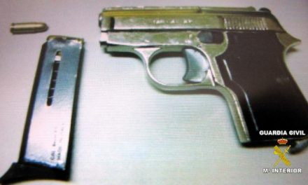 La Guardia Civil detiene a cuatro personas transportando ilegalmente una pistola municionada