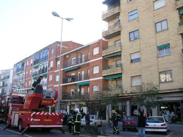 Un incendio en un bloque de pisos del centro de Coria causa la alarma entre decenas de vecinos