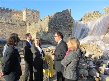La consejera de Cultura visita en Trujillo  el lienzo de la muralla dañado por las intensas lluvias
