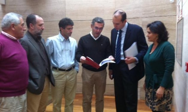 Políticos de Sierra de San Pedro entregan a PP, PSOE e IU un documento en defensa del tren Hotel  Lusitania