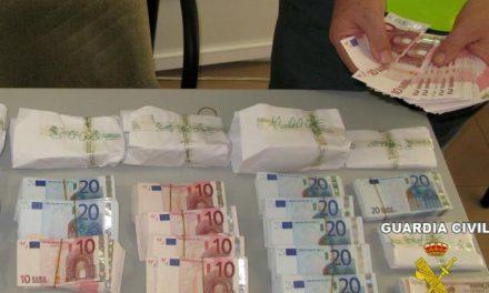La Guardia Civil interviene en Badajoz 124.000 euros que un australiano intentaba sacar del país sin declarar