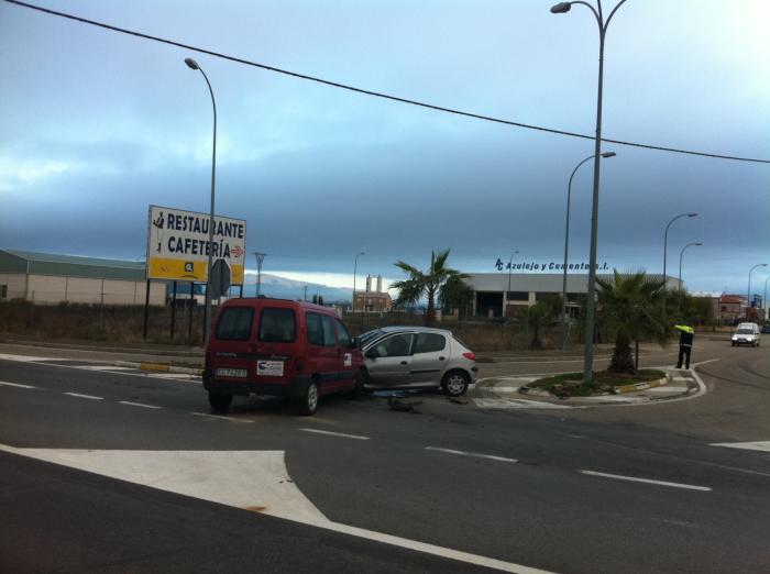 Un choque entre dos vehículos a la entrada de Moraleja obliga a cortar un carril de la carretera