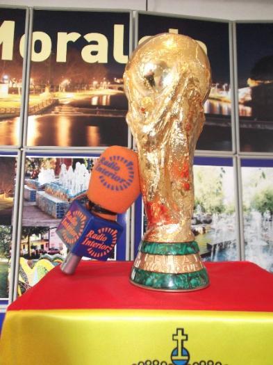 """La Copa del Mundo de Fútbol de """"La Roja"""" recibe numerosas visitas en su estancia en Moraleja"""