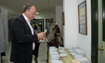 El presidente extremeño, José Antonio Monago, vota a las diez de la mañana en el colegio Puertapalma