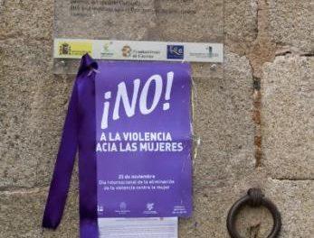 La Diputación de Cáceres celebra el Día contra la violencia de género con lazos morados en edificios