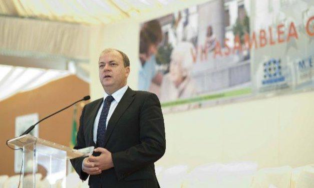 El presidente del Gobierno extremeño insta a los municipios a entenderse por encima de las siglas políticas