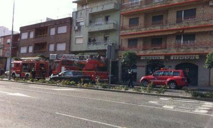 Efectivos del Sepei sofocan un incendio registrado en un inmueble de la avenida de Pureza Canelo de Moraleja