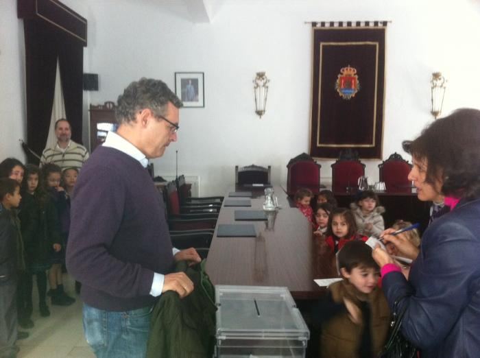 Los escolares de Valencia de Alcántara visitan el ayuntamiento para celebrar el día de la Constitución