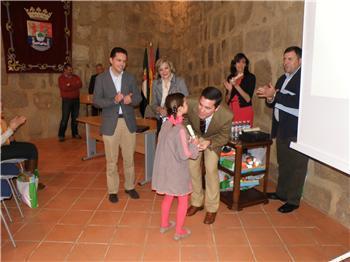 Nevado-Batalla entrega los premios a los niños ganadores del VIII concurso de dibujo de Protección Civil
