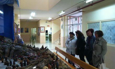 Padres de alumnos del Colegio Virgen de la Vega de Moraleja restauran y montan las figuras de un gran Belén