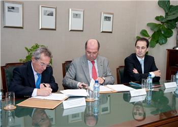 Economía firma un convenio con La Caixa para invertir cinco millones de euros en acciones sociales