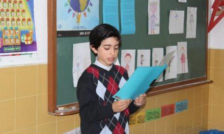 El niño Marco Navarro, de Hoyos, gana el concurso de relatos de Inmigración del Consejo de la Juventud