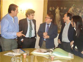 El consejero de Fomento conoce el estudio previo del puente internacional sobre el río Séver en Cedillo