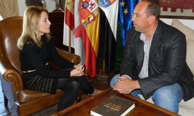 La alcaldesa de Cáceres se reúne con el alcalde de Alcántara para avanzar en el Plan Director de Murallas