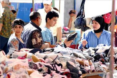 Los extranjeros que viven en la región envían unos cincuenta millones de euros a sus países