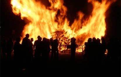 San Vicente de Alcántara vive las fiestas de su patrón con las tradicionales hogueras y las caras tiznadas de negro