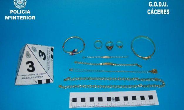La Policía detiene a un técnico de telefonía por hurtar joyas en los domicilios que visitaba en Cáceres
