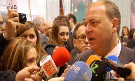 El presidente del Gobierno extremeño, José Antonio Monago, suscribe su compromiso con el AVE
