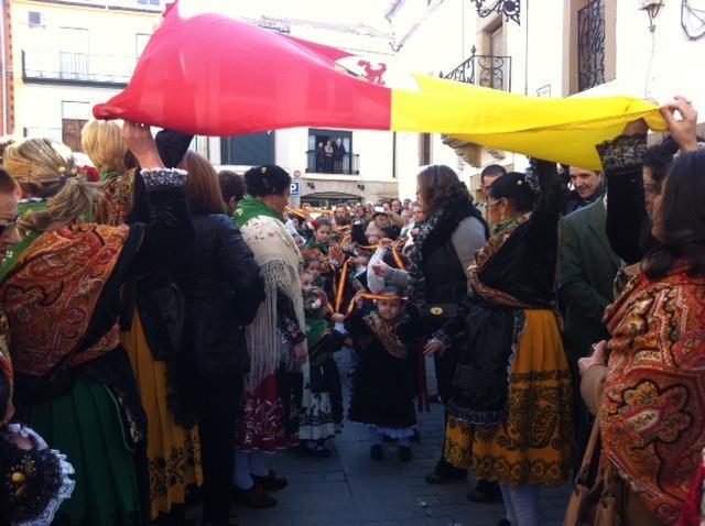 Cientos de devotos, jinetes y escopeteros acompañan en procesión a San Blas en una jornada festiva en Moraleja