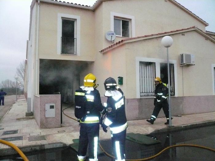 El corte de un cable eléctrico, por una excavadora, origina el incendio de una vivienda y una subida de tensión