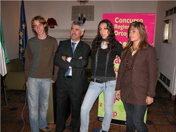 Los tres ganadores del concurso de ortografía, entre ellos una alumna de Coria, reciben sus galardones