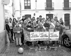 Un total de cuarenta jóvenes recaudan dinero y alimentos para los necesitados en Villanueva de la Serena
