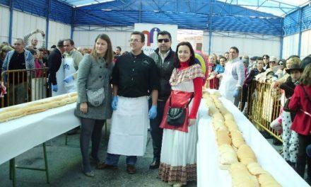 Malpartida de Cáceres elabora un bocadillo gigante de patatera para promocionar este embutido extremeño