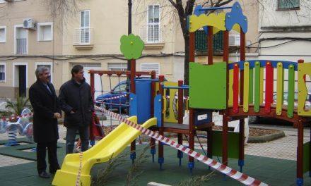 El Ayuntamiento de Coria instala dos nuevos parques infantiles en los aledaños de la casa de cultura
