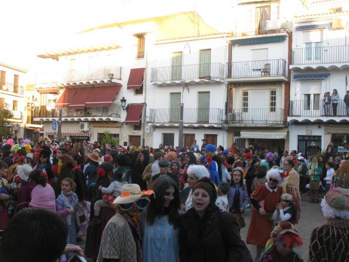 """El desfile de """"Zarrios"""" congrega a decenas de personas en la plaza de los Toros de Moraleja"""