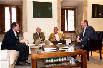 Monago se interesa por los proyectos de la Lonja Agropecuaria de Extremadura