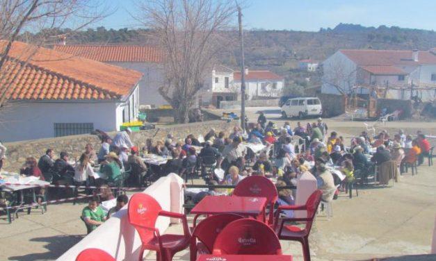 Numerosas personas disfrutaron en la aldea de Las Casiñas de una matanza típica extremeña