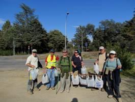 Los senderistas de Ademoxa aprovechan una ruta para realizar una jornada de limpieza del Borbollón