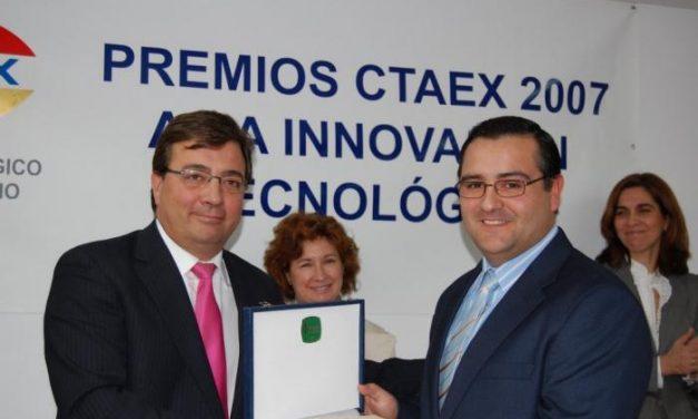 Fernández Vara  entrega el Premio a la Innovación al director de la Denominación Queso de la Serena