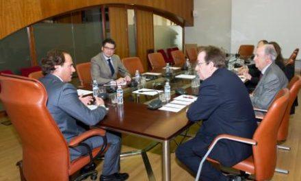 Juan Parejo se entrevista con los responsables de la Asociación Extremeña de Fundaciones
