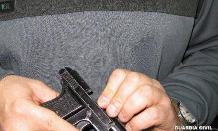 Detienen a un portugués cuando transportaba ilegalmente una pistola cargada y 63.000 euros