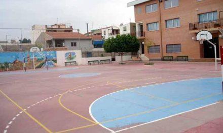 Coria informa sobre los peligros que entraña jugar en los patios de los colegios fuera del horario escolar
